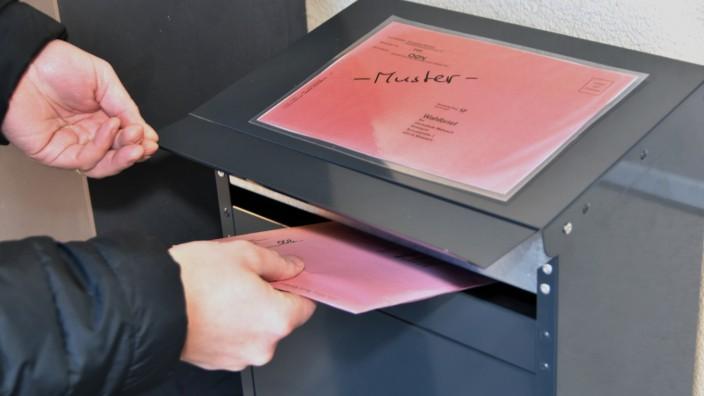 Germering: Wer in Germering einen nicht adressierten roten Wahlbriefumschlag erhalten hat, wird geben, die Adresse des Rathauses per Hand darauf zu schreiben.