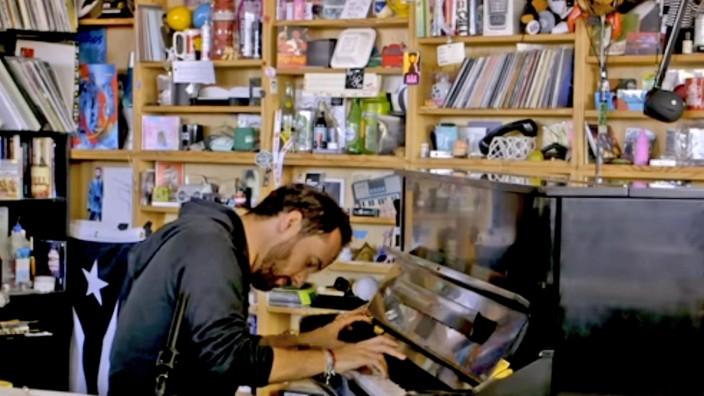 Livestreams von Künstlern: Wenn die Konzertsäle schließen, dann eben Streaming: Pianist Igor Levit überträgt ein privates Live-Konzert für seine Fans im Internet. Screenshot: pscp.tv