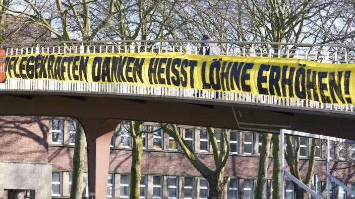 Dortmund, 21.3.2020: Im Zusammenhang mit der Personalbelastung in der Pflege während der Coronakrise hängt ein Banner mi; BVB