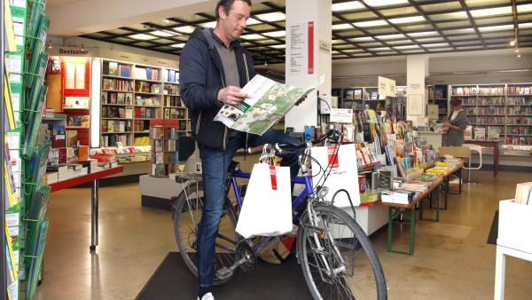 Marc Schürhoff fährt Bücher zu den Kunden