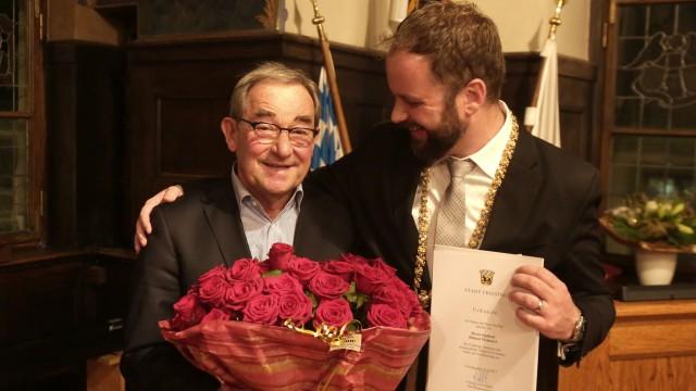 Abschied aus dem Freisinger Stadtrat: 2017 wurde Helmut Weinzierl von Freisings OB Tobias Eschenbacher für seine 45-jährige Stadtratstätigkeit ausgezeichnet. Dafür gab es eine Urkunde und rote Rosen.