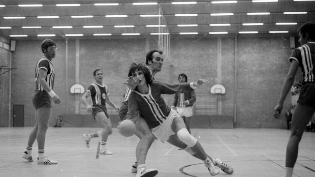 Duell im Spiel TSV Milbertshofen gegen die SpVgg 1887 Möhringen; Handball