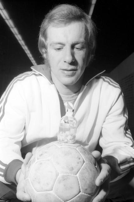 Gerhard Ochsenkühn BR Deutschland TSV Milbertshofen mit seiner Bandscheibe im Glas; Handball