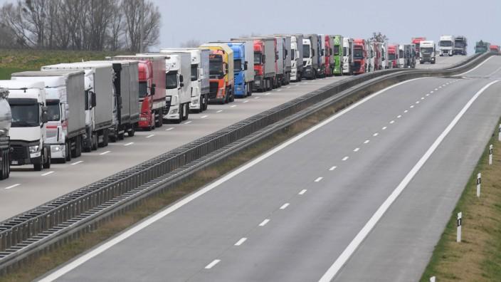 Coronavirus - Lange Staus A11 an der Grenze zu Polen