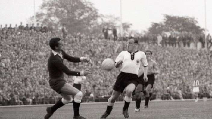 BR Deutschland Argentinien 3 1 Uwe Seeler BRD re gegen Torwart Amadeo Carrizo Argentinien; Amadeo Carrizo
