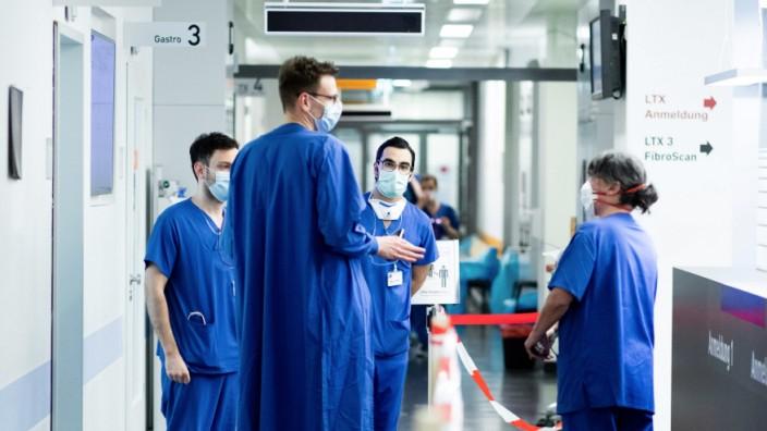 Coronavirus: Medizinisches Personal in der Notaufnahme des Uniklinikums Essen