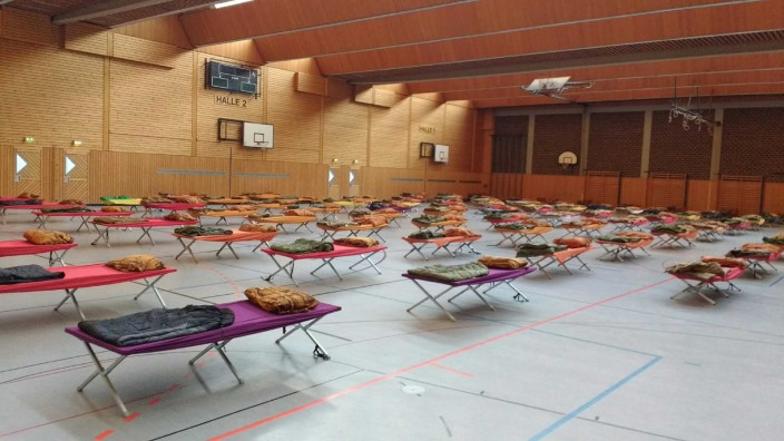 Coronavirus: Feldbetten in Turnhalle in Deggendorf