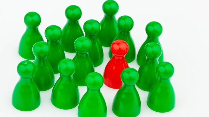 Rote und grüne Spielfiguren Mobbing Einsamkeit und Außenseiter im Team McPBBO McPBBO