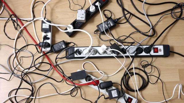 Mehrfachsteckdosenleiste zum Anschluss von mehreren elektrischen Geräten Wirrwarr von Kabeln Ste