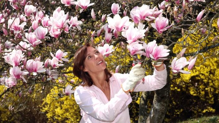 Carin C. Tietze bei der Gartenarbeit
