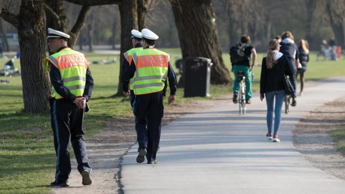 Polizei im Englischen Garten während der Corona-Krise, 2020