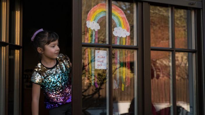 Kinder malen Regenbogen - gegen Corona