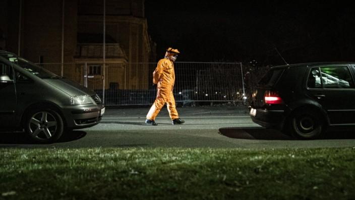 Ein Mann im Schutzanzug kontrolliert die Koerpertemperatur von Einreisenden an der deutsch-polnischen Grenze in Goerlitz