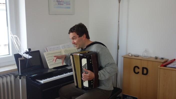 Musikschule Vaterstetten Jan Prochazka unterrichtet von zu Hause aus übers Internet