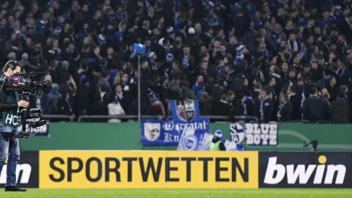 Fussball, DFB-Pokal Achtelfinale, Deutschland, Herren, Saison 2019/2020, VELTINS Arena Gelsenkirchen: FC Schalke 04, S04; Bwin