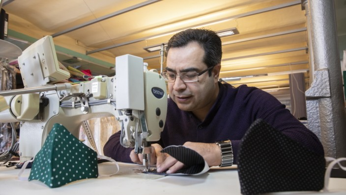 Schneider Ahmad Kouja in Grafrath näht Stoffmasken mit Fleece-Filter