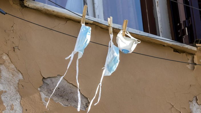 Coronavirus in Italien: Mundschutzmasken hängen in Rom zum Trocknen