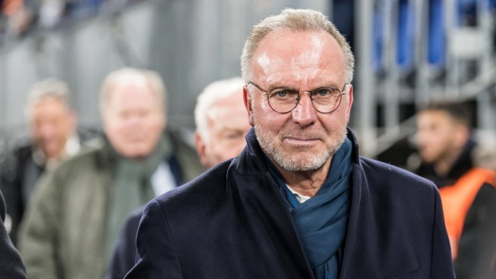 Karl-Heinz Kalle Rummenigge (Vorstandsvorsitzender FC Bayern Muenchen) bei Ankunft im Stadion, 03.03.2020, Veltins-Arena; Rummenigge