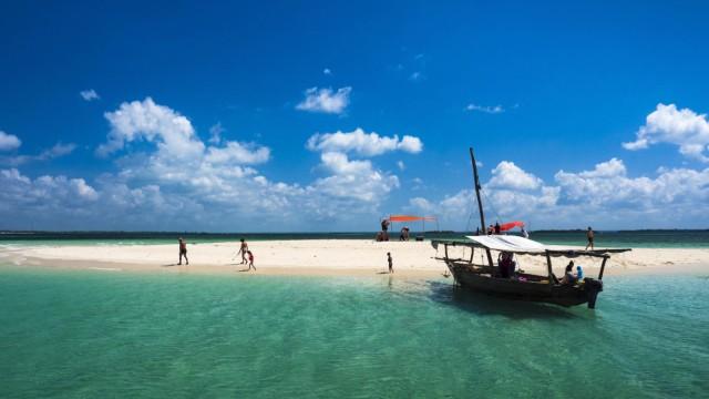 Boot und Sandbank im türkisfarbenen Meer Safari Blue Fumba Sansibar Tansania Afrika *** Boat an