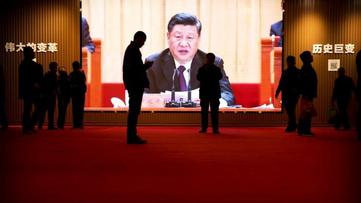 Sprachanalyse: Video-Instalation einer Rede von Staatschef Xi Jinping im chinesischen Nationalmuseum.