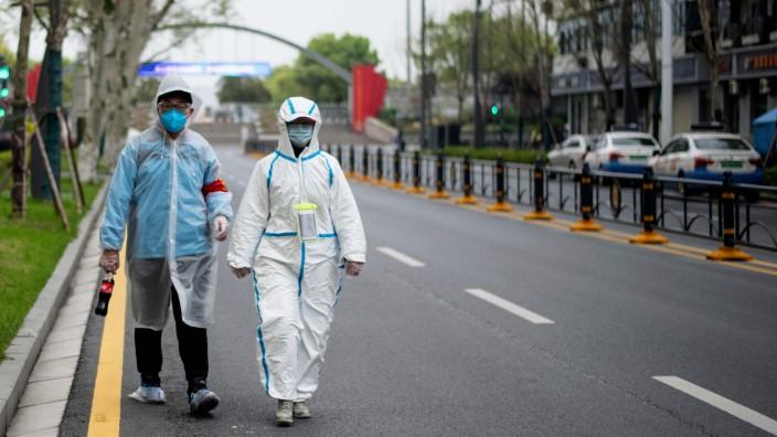 Coronavirus in China: Spaziergänger in Wuhan