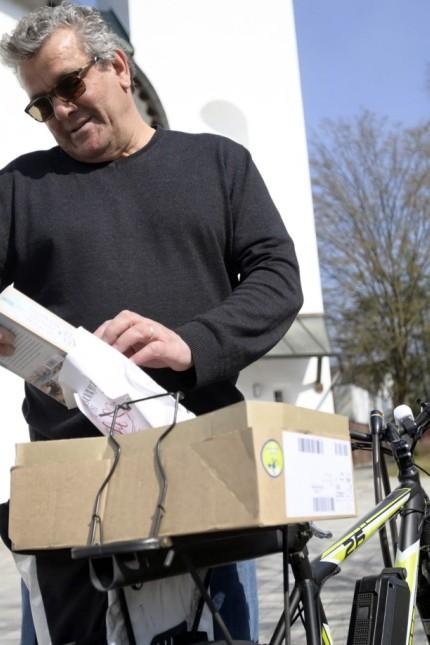 Neubiberg: Thomas Felber ist mit einer Bücherkiste auf dem E-Bike unterwegs.