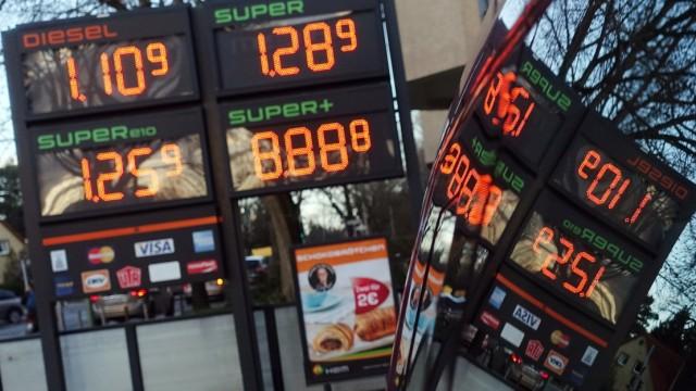 12.03.2020, Berlin, GER - Benzinpreise spiegeln sich in einem Autofenster. (Anzeige, Anzeigetafel, aussen, Aussenaufnahm