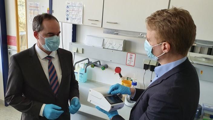 Coronavirus: Minister Hubert Aiwanger informiert sich über einen Corona-Schnelltest