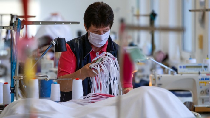 Coronavirus - Firma fertigt Schutzmasken