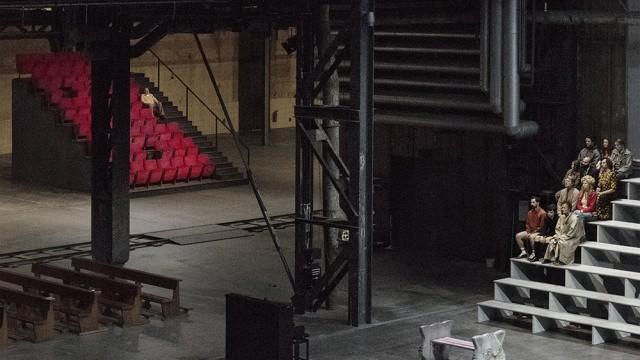 """Serie """"Über Lebenskunst"""": Elf ruhelose, aber ruhebedüftige Gestalten und ein Klavier in der Jahrhunderthalle in Bochum. Klassisches Marthaler-Setting eben."""
