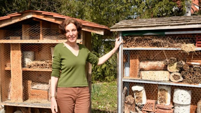 Professorin Susanne Renner und der Wildbienennistkasten im Botanischen Garten München.