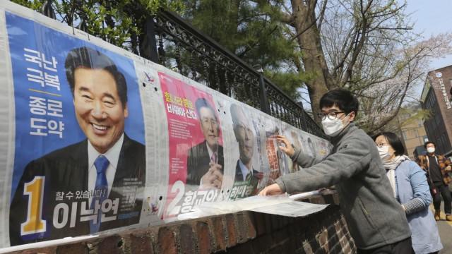 Südkorea: Schutzmasken sind für alle die erste Wahl: Wie hier in der Hauptstadt Seoul bereitet sich Südkorea auf das Votum über das nationale Parlament Mitte April vor. Wie die Politik auf die Viruskrise geantwortet hat, dürfte dabei mitentscheiden.