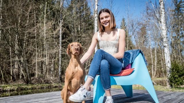 Amazon-Serie: Tina-Darstellerin Harriet mit Hund Laszlo.