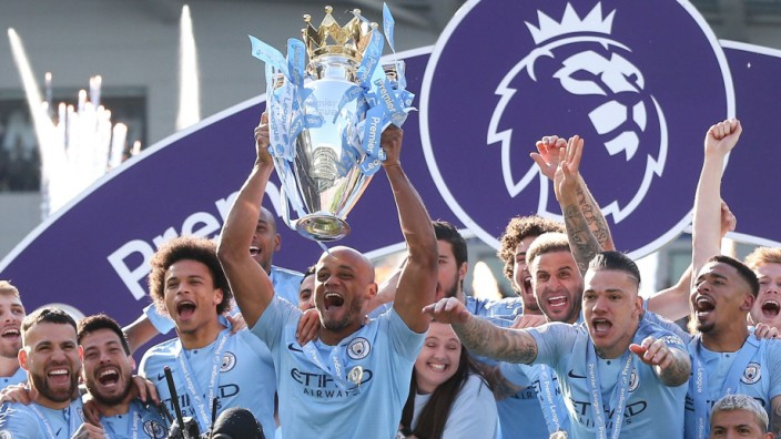 Vincent Kompany of Manchester City lifts the Premier League trophy during the Premier League match a; Vincent Kompany Manchester City Trophäe Premier League