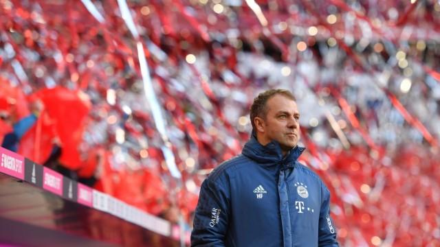 Hans Dieter Flick (Hansi ,Trainer Bayern Muenchen), steht im rot silbernen Konfettiregen, Einzelbild,angeschnittenes Ein
