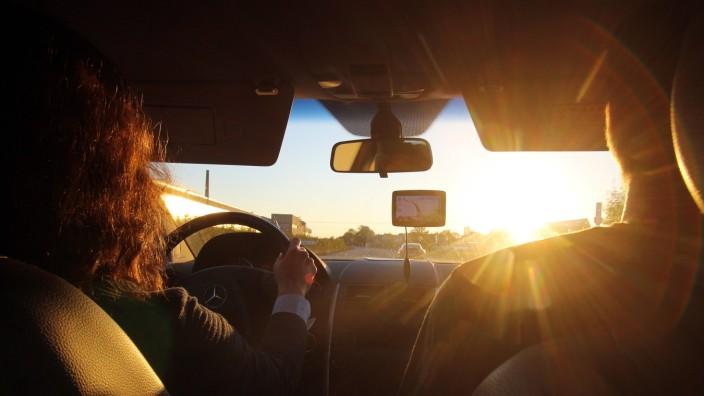 Gefahren im Straßenverkehr im Herbst tiefstehende Abendsonne zur Feierabendzeit blendet eine Autofa