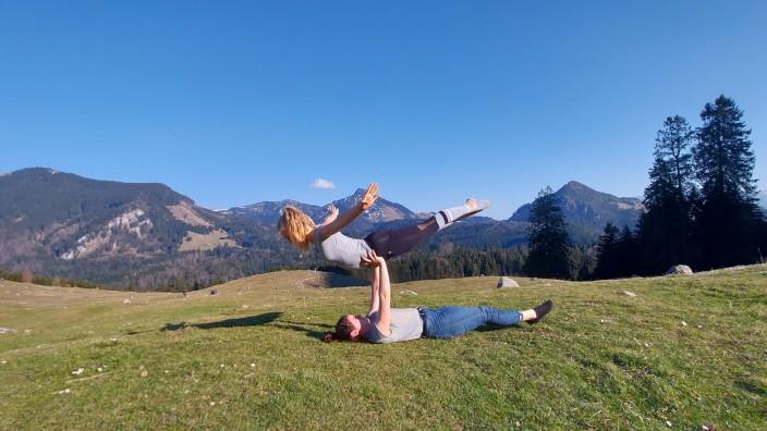 Ebersberger Klubs in Coronazeiten: Sport trotz Corona, Movimento trainiert in den Bergen (noch vor den Ausgangsbeschränkungen, in denen vor Ausflügen in die Berge abgeraten wird). Hier die Geschwister Hannah und Nina Brücklmeier.