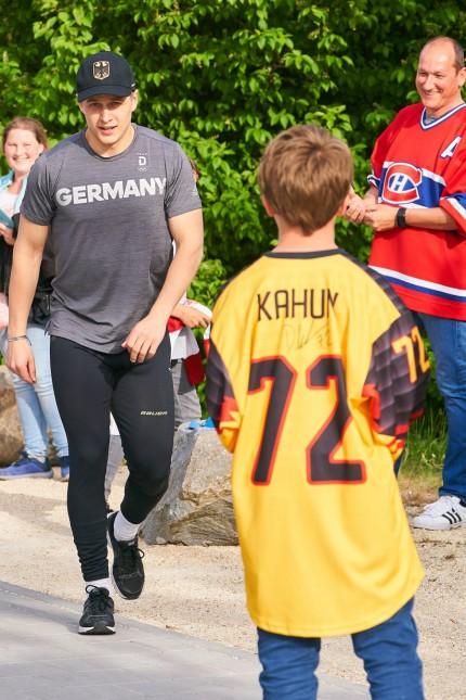 NHL Eishockey Herren USA Player Dominik KAHUN DEB 72 Chicago Blackhawks with fans GERMANY AUST; Eishockey