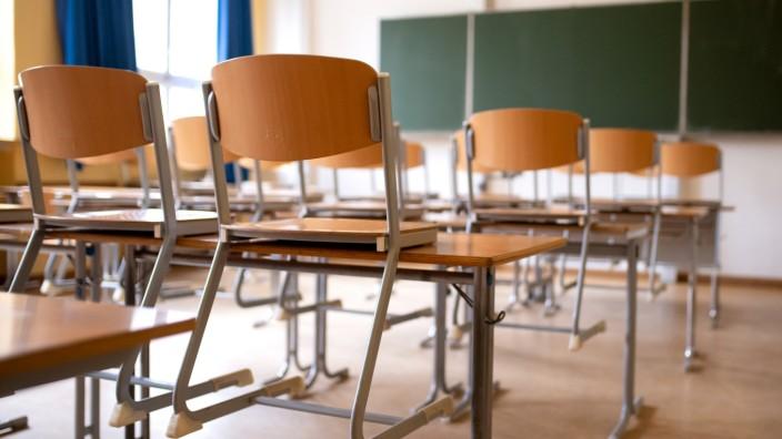 Schule: Leeres Klassenzimmer mit hochgestellten Stühlen