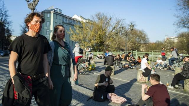 Paul und Laura tragen selbstgemachte bunte Mundschutzmasken in Berlin Kreuzberg am 6. April 2020. Um die Verbreitung des