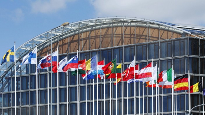 Internationale Flaggen wehen vor EuropâÄ°ischer Investitionsbank Europaviertel Kirchberg Plateau Lux