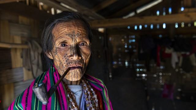 Reisefotograf Michael Runkel: Besondere Tradition: Gesichtstattoos einer Chin in Myanmar.
