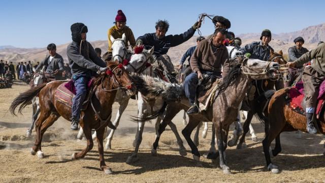 Reisefotograf Michael Runkel: Männer beim traditionellen Spiel Buzkashi in Yaklawang, Afghanistan.