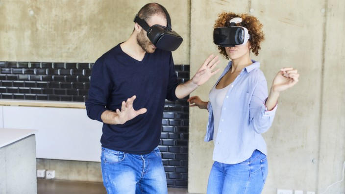 Man and woman wearing VR glasses moving model released Symbolfoto property released PUBLICATIONxINxG