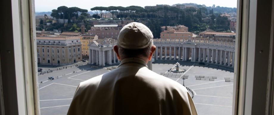 Ostern in der Corona-Krise: Segen vor einem nahezu menschenleeren Petersplatz: Papst Franziskus nach dem Angelusgebet am 22. März.