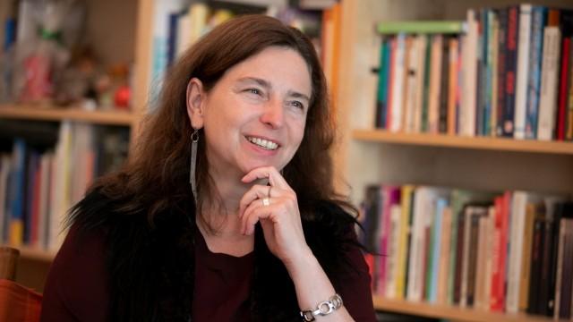 Schlafen in Coronazeiten: Die Wiener Psychologin Brigitte Holzinger, 58, hat unter anderem in Stanford über Träume und das menschliche Schlafverhalten geforscht und vor 31 Jahren das Institut für Bewusstseins- und Traumforschung in Wien gegründet, das auf dem Gebiet international und interdisziplinär forscht und lehrt.