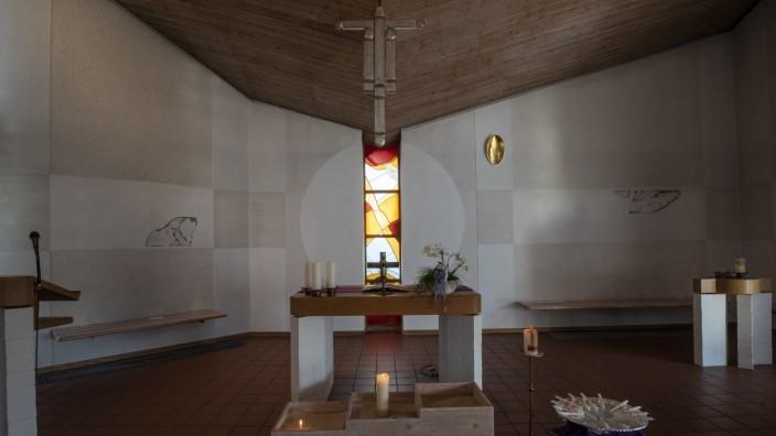 Kirchheim, evang Cantate-Kirche, das moderne Osterfenster hinter dem Altar