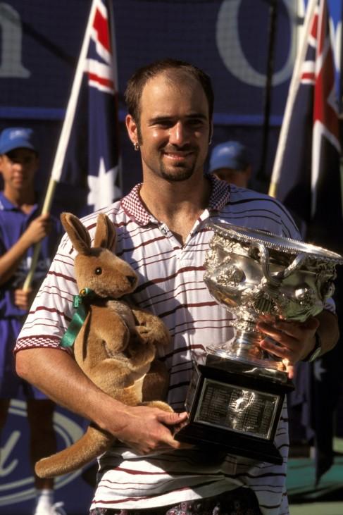 Australian-Open-Sieger Andre Agassi (USA) mit Trophäe und Plüschkänguruh; Agassi