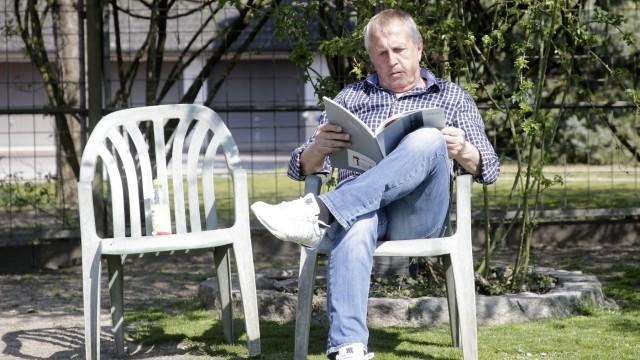 Münchner Airport: Ludwig Grüll, Sprecher von Plane Stupid, hört in seinem Garten in Attaching nach 28 Jahren wieder die Vögel zwitschern.