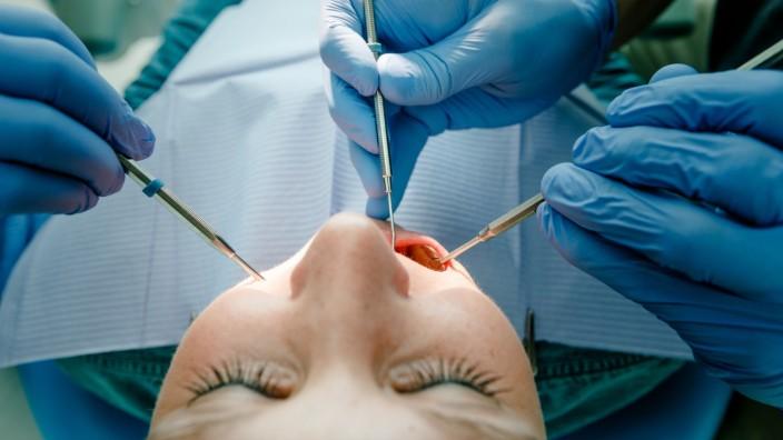 """´Enger Kontakt auf dem Stuhl"""": Zahnarztbesuche in Corona-Zeiten"""